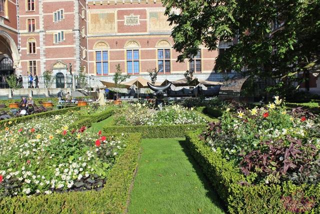 Exposição do Miró no jardim do Rijksmusuem em Amsterdam
