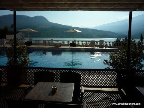 Fantàstica piscina de l'Hotel Terradets davant embassament de Cellers
