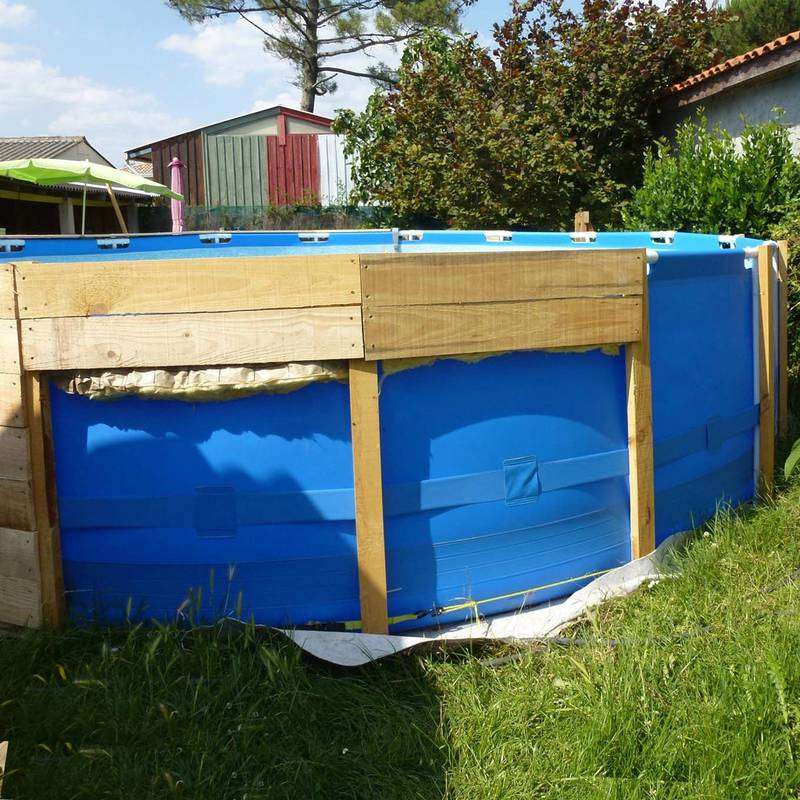 Una piscina sobre el suelo con palets for Construccion de piscinas economicas