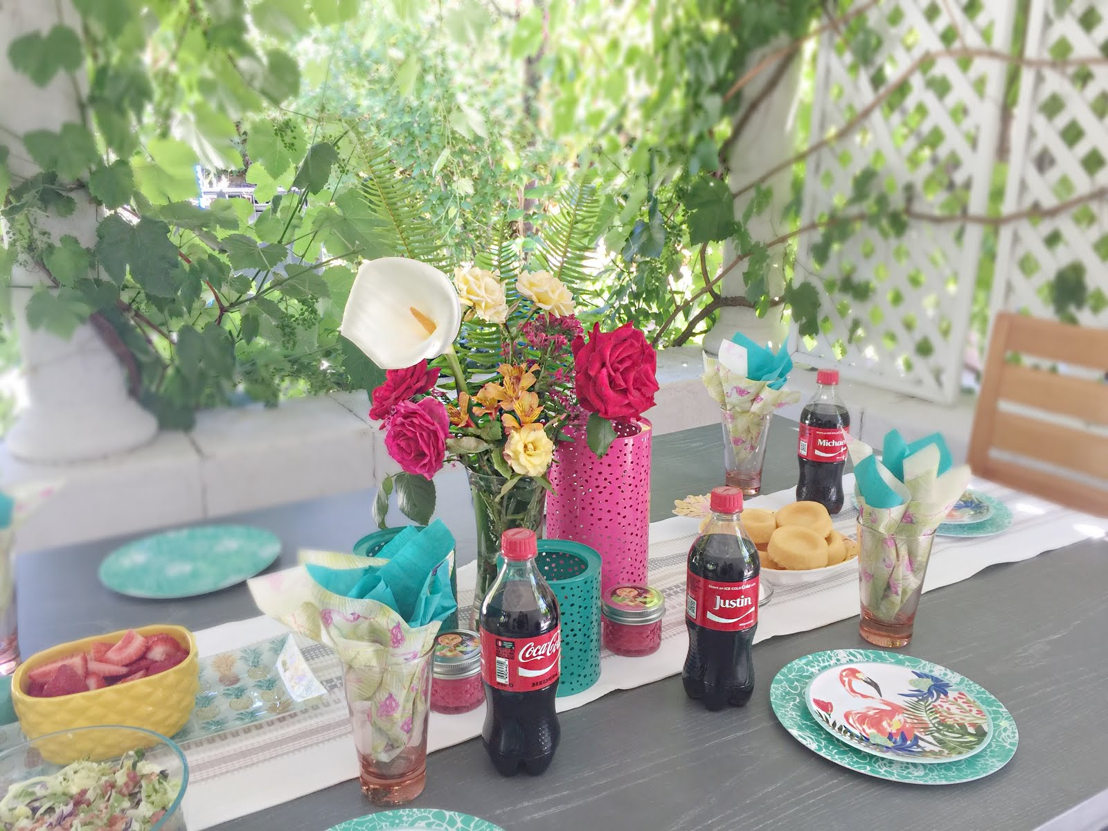 create a backyard family gathering with the perfect tablescape