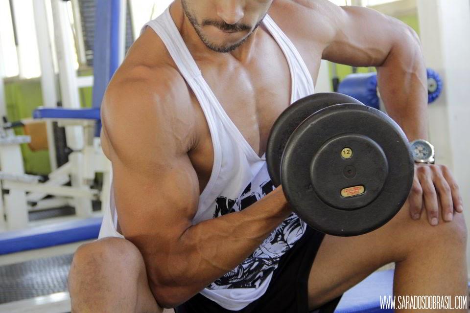 Rosca concentrada - 4 séries de 10 repetições - Halter de 14 kg - Foto: Marcos Januário
