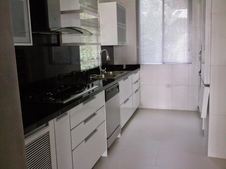 Cocina integral blanca y negra madera fina cocinas for Cocina blanca y negra