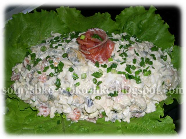 Салат из морского коктейля с чесночным ароматом