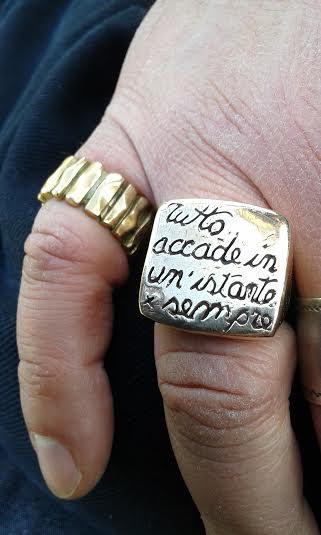 Anello in bronzo con motto coniato dall'autore del presente sito (A.T.)
