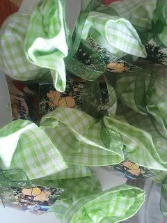 sachets de dragées en tissus vichy vert et ruban organdi
