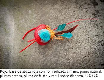 Tocado con base de ábaca roja con flor hecha a mano, pomo natural, plumas antena, pluma de faisán y raqui sobre diadema