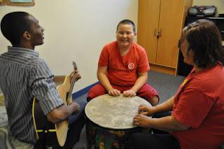Alex在巴沙迪那兒童發展機構接受音樂治療,老師彈吉他而他打鼓。(記者賴至巧/攝影)
