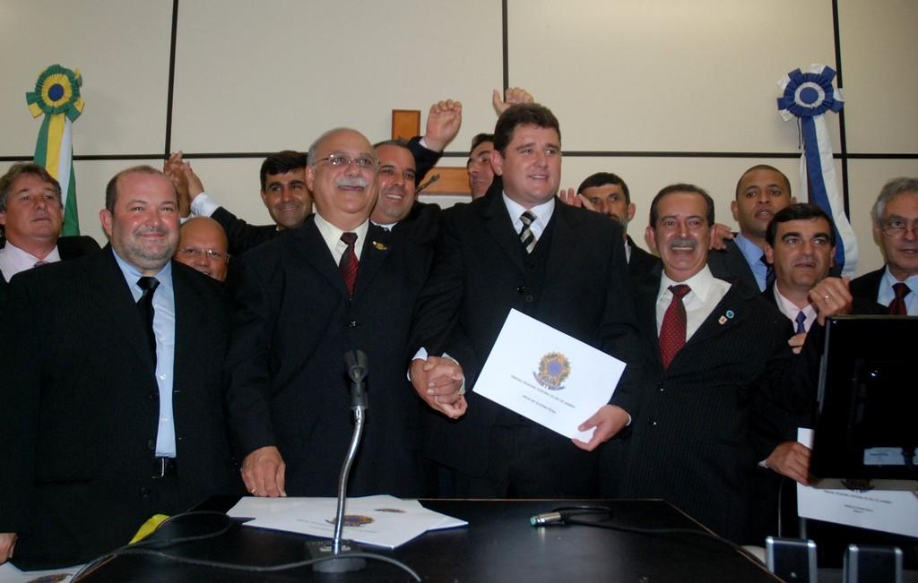 Prefeito Arlei e vice-prefeito, Márcio Catão, comemoram a diplomação com vereadores eleitos