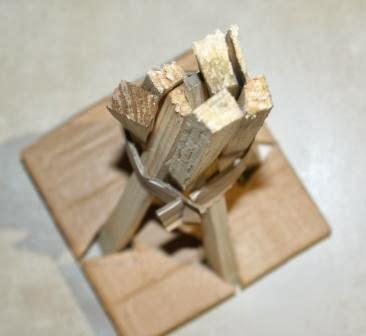Dokładamy drobne kawałki drewna