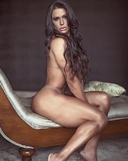Sem nenhuma peça de roupa, Gracyanne Barbosa posta foto nua em sua conta no Instagram nesta quarta, 29. No clique feito pelo fotógrafo Samuel Melim, a morena fez carão e escondeu os seios com os cabelos longos.