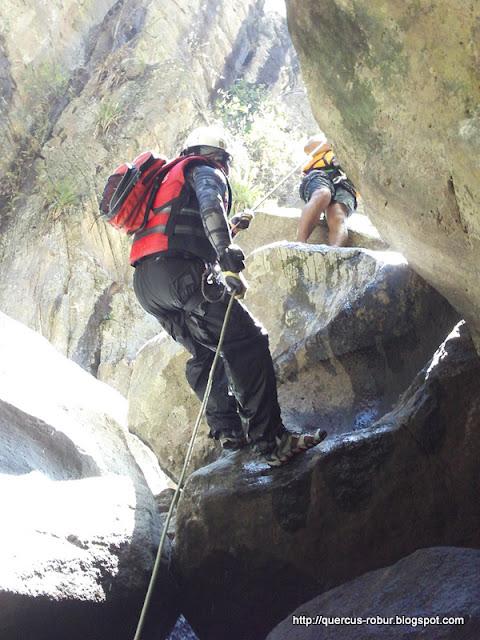 Cañonero descendiendo el lado seco de una cascada