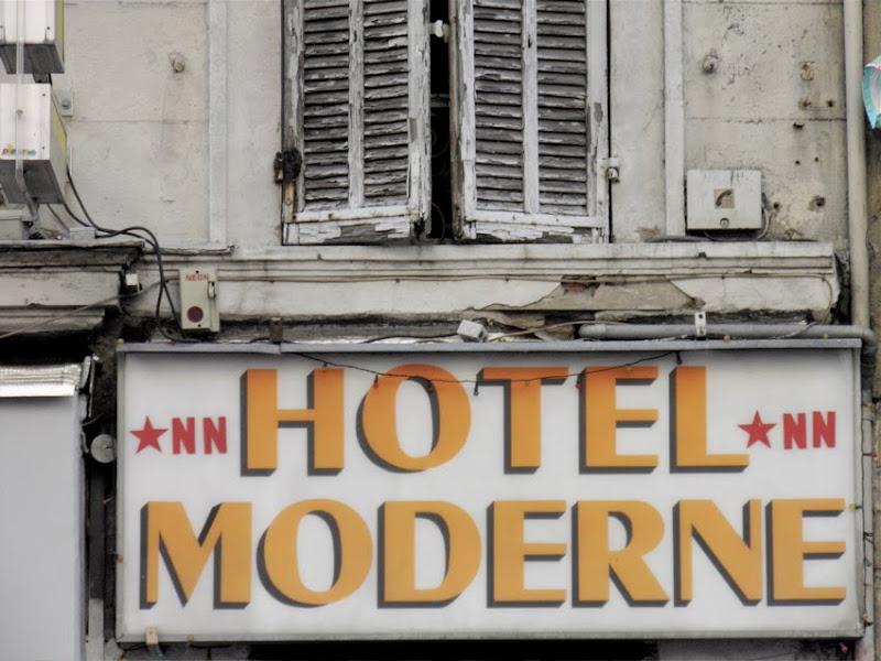 """""""Hotel Moderne"""" steht drauf, aber der Eindruck vermittelt sich, als würde der Leuchtkasten mit der Inschrift die ganze Fassade zusammenhalten ..."""