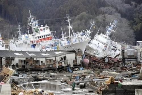 http://1.bp.blogspot.com/-F9V8ZXk-BoY/TYQYYcHdn9I/AAAAAAAABxA/qjTY8q9EsAc/s1600/Japan%2BTsunami%2B2011%2BShips%2Bare%2Bleft%2Baground.jpg