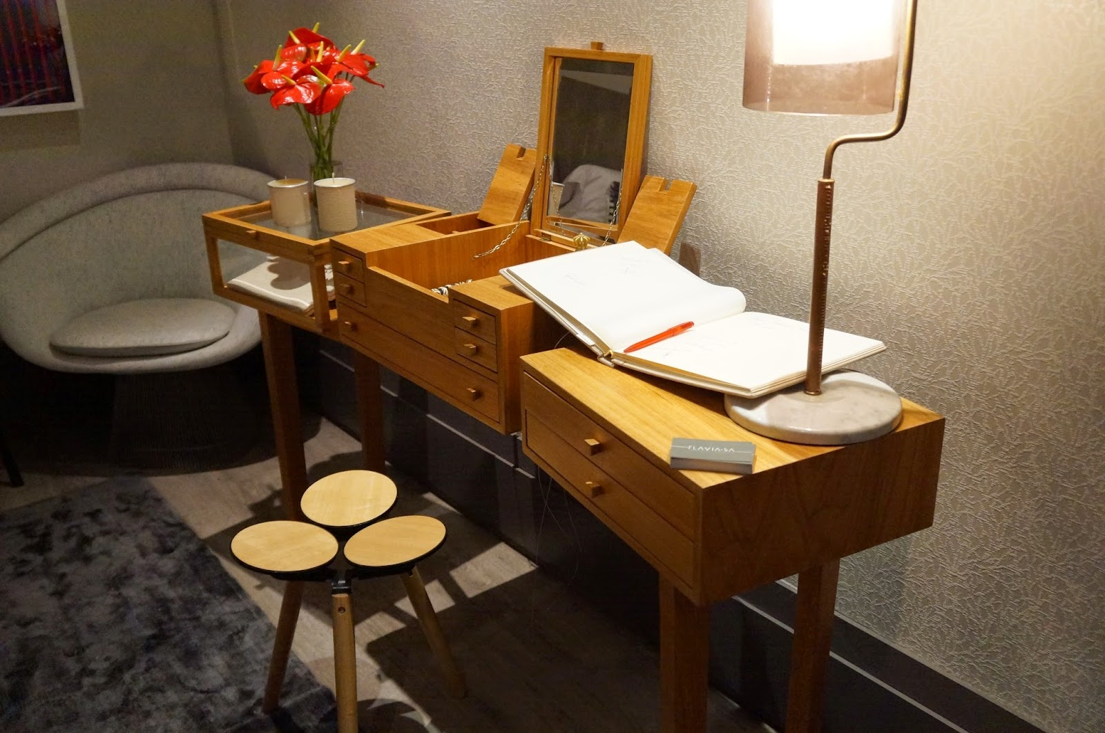 """Ambiente """"Studio da designer"""" - Flávia Sá - penteadeira com muitas gavetinhas - Casa Cor SP 2014"""