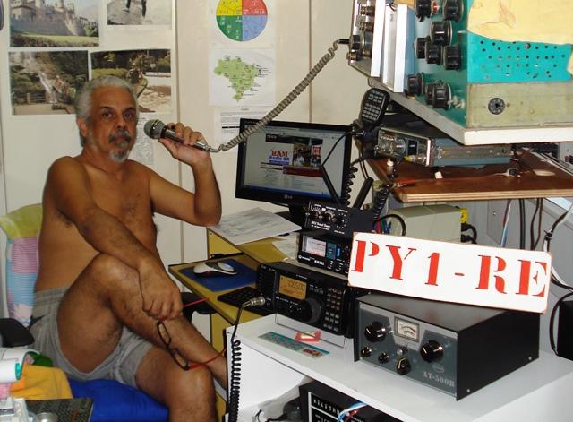 PY1RE Rezende em sua estação com Icom IC-718 e outros equipamentos