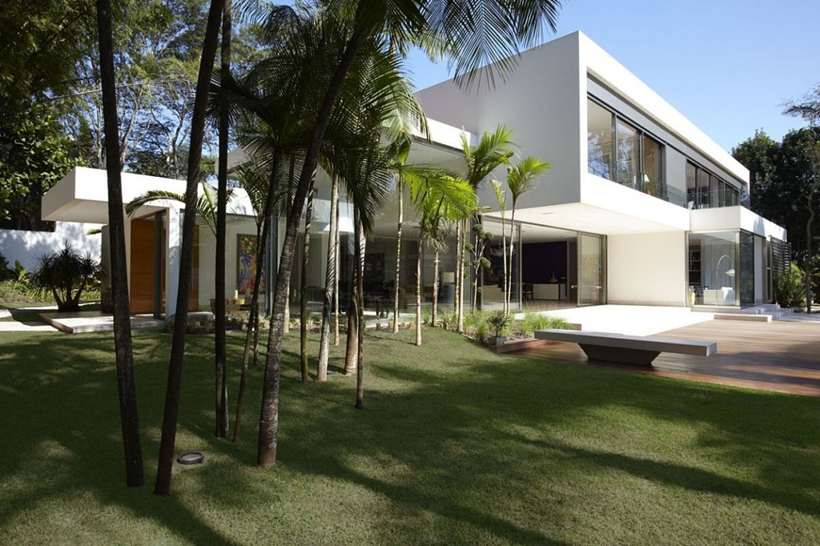 Palm trees in the backyard of The Morumbi Residence by Drucker Arquitetura