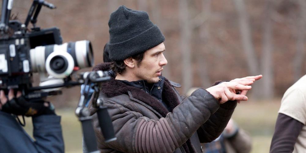 james franco como diretor de cinema dirigindo uma cena ao lado de um homem com uma câmera cinematográfica no set do filme sal