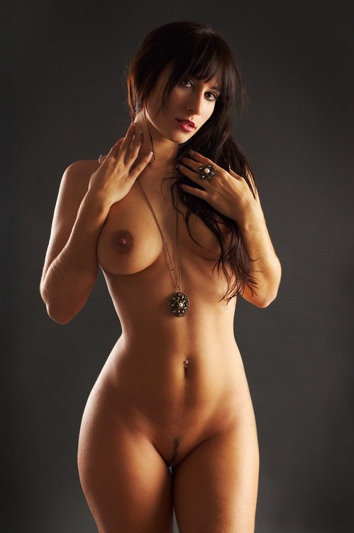 Una Morena Desnuda
