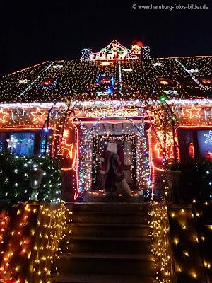 beleuchtetes Weihnachtshaus mit Weihnachtsmann
