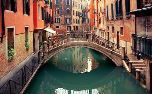 Veneza tem bar decorado por sutiãs e drinque criado por George Clooney