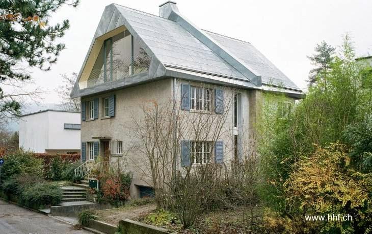 Perspectiva de una casa suiza moderna reformada al tope con techo a dos aguas