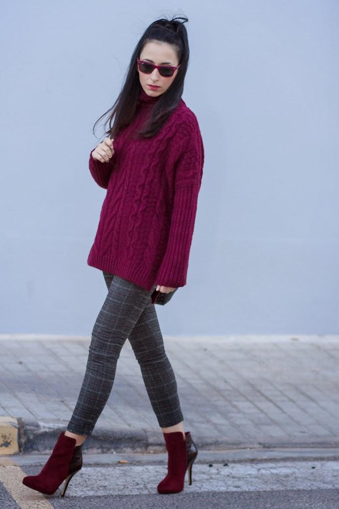 Look en color Granate y Gris con Maxi Jersey de ochos y pantalón tobilero