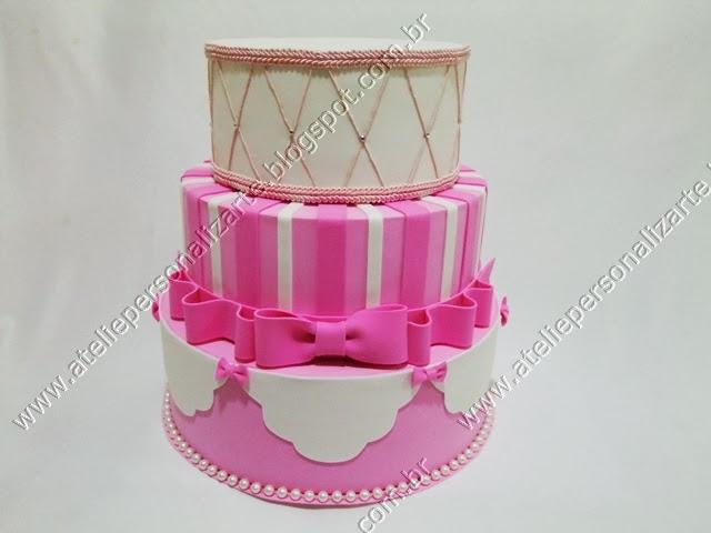 bolo cenografico artistico rosa e branco