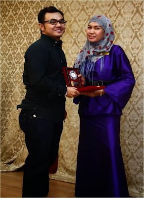 baju hitam tu Saiful Bahrin,baju biru tu Puan Amy pakar jahitan pakaian