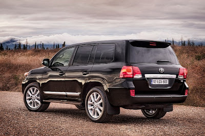 2013_Toyota_Land_Cruiser_V8_Wallpaper