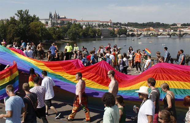 Parada é realizada em prol do orgulho LGBT e manifestantes seguram bandeira que simboliza o movimento (Foto: David W Cerny/REUTERS)