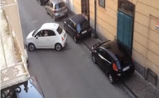 conductor monta un gran caos al tratar de estacionar su auto blanco