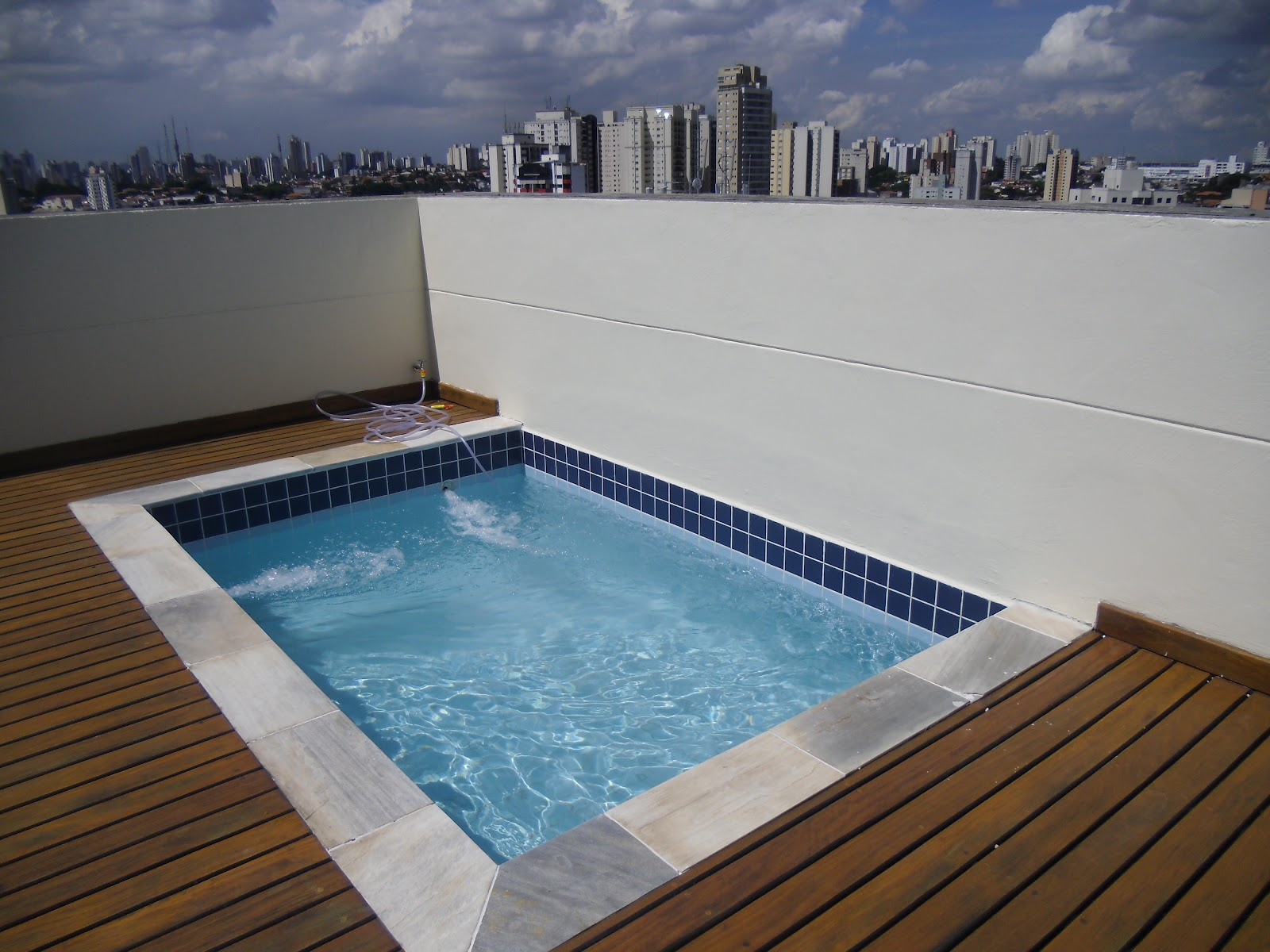 Thonho piscinas piscina residencial for Piscina 7 mil litros