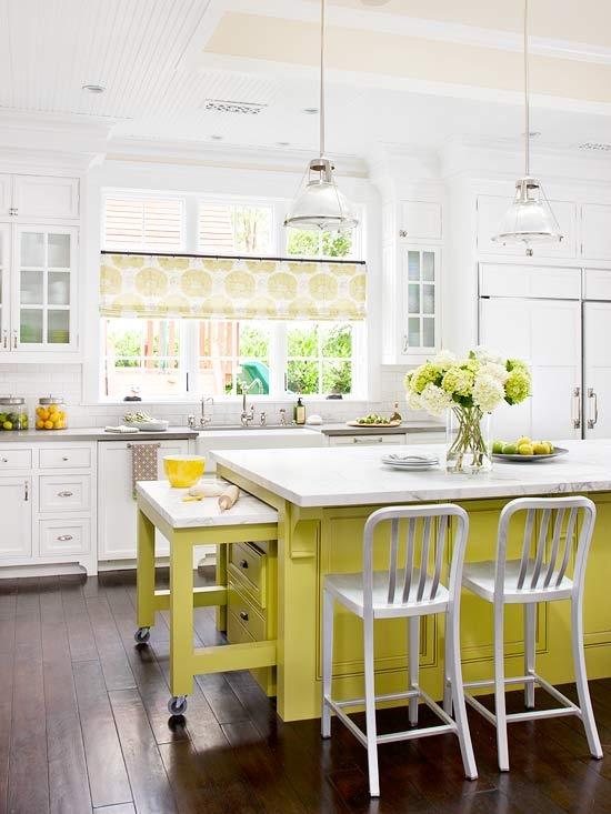 Cocina blanca con isla amarilla extensible