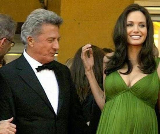 Dustin Hoffman terhipnotis dengan keindahan payudara Angelina Jolie