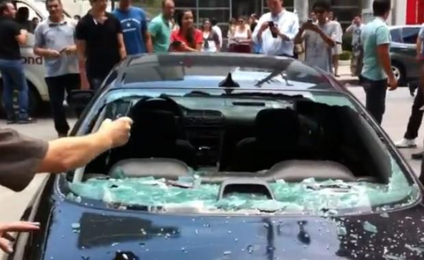 Mulher destrói carro a marteladas por vingança.