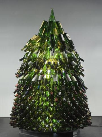фото Ёлка из бутылок вина. Интересное решение