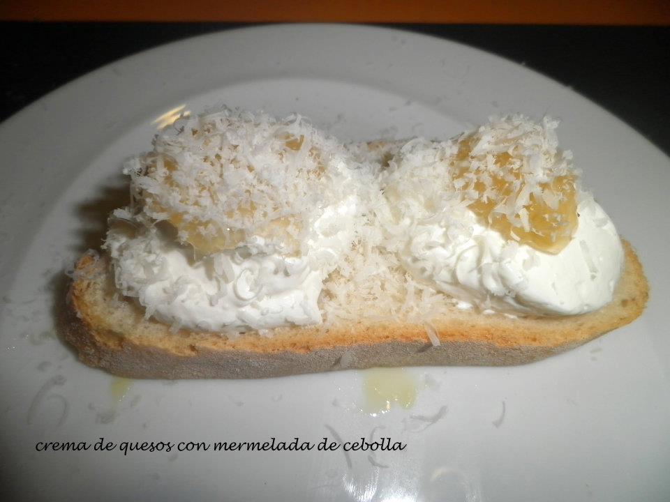 Crema de quesos con mermelada de cebolla