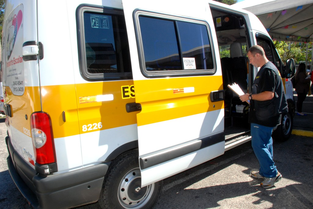 Vistoriador verifica condições gerais do veículo e itens de segurança