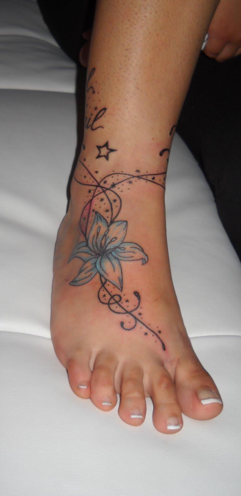 Vivere disegnando tatuaggi murales quadri e tutto ci che for Tatuaggi fiori sul piede