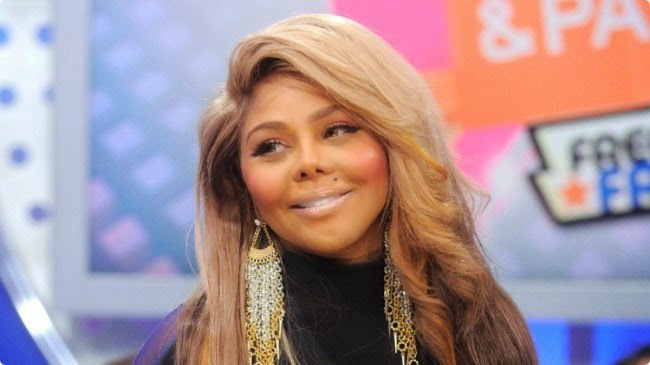 Lil  Kim Carries on Fe...
