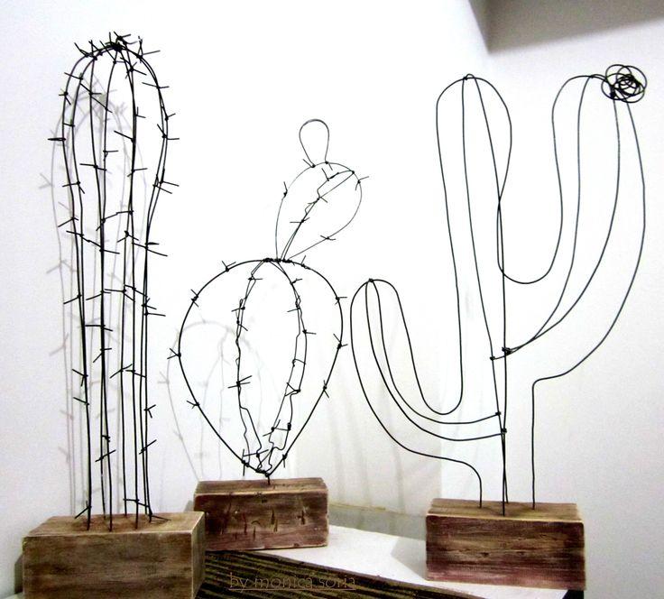 esculturas de arame e madeira reutilizada
