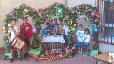 Un grupo de niños frente  a su arco, construido en González Macías