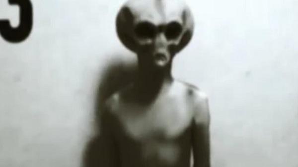 Εξωγήινος έπεσε από UFO και άρχισε να περπατά στην πόλη! (Βίντεο)