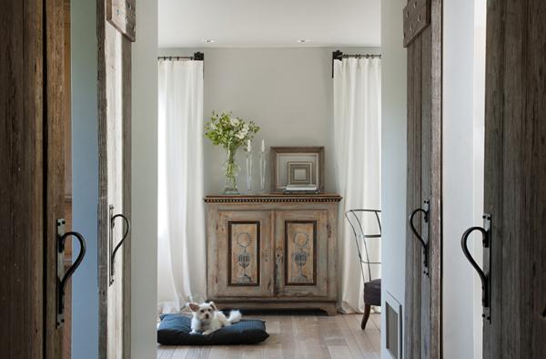 diseño interior casa pequeña -aparador antiguo puestas corredera madera
