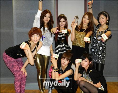 Picture] T-ara snapped a group photo with their first Inkigayo ...