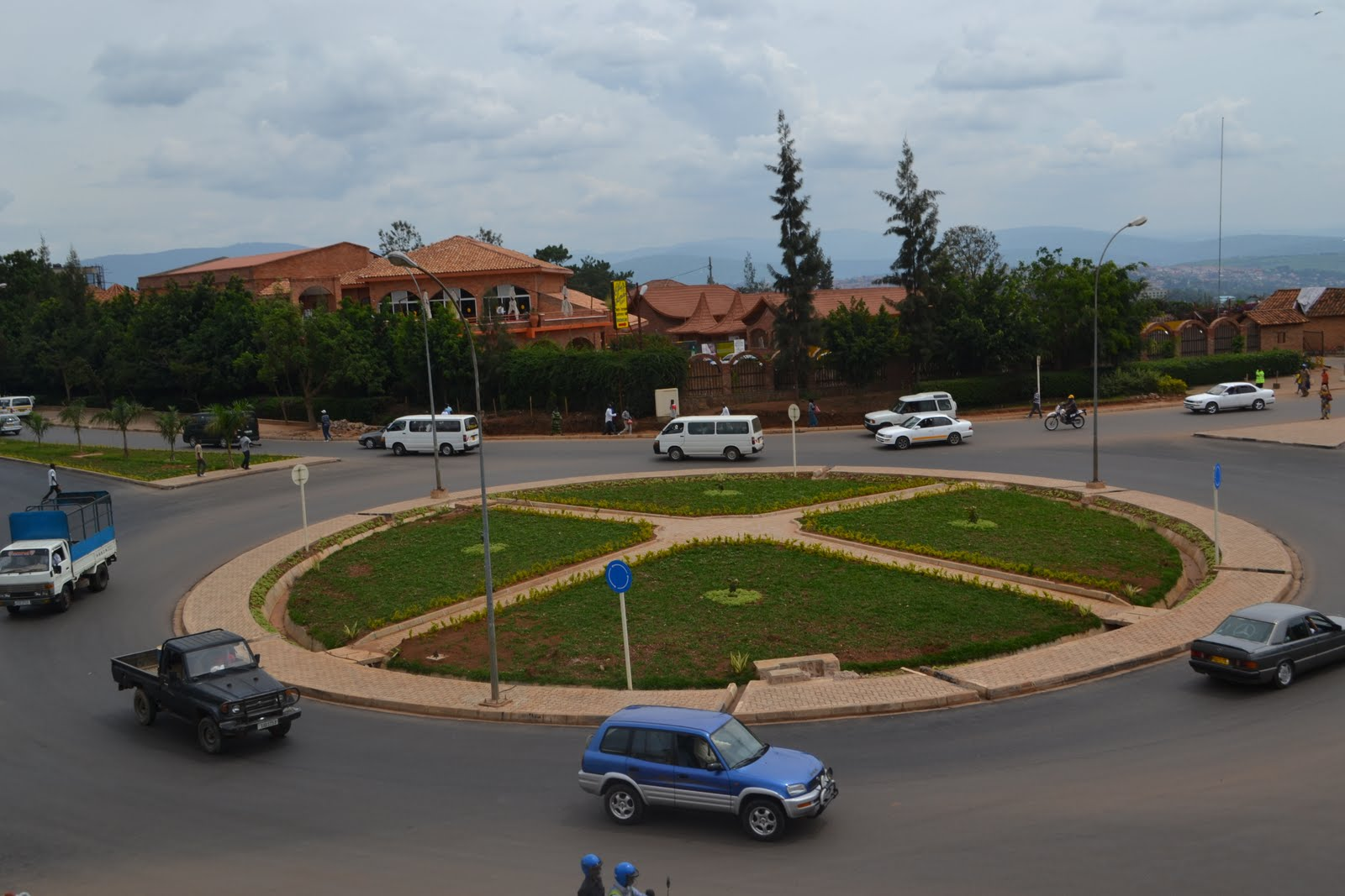 Le rond point de gisimenti un joyau de la ville de kigali for Au rond point de la piscine