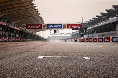 Valentino Rossi Vs Jorge Lorenzo : Kabut Asap Tidak Akan Hentikan Balapan MotoGP Sepang 2015