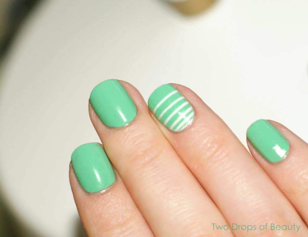 зеленый маникюр, акцент на один палец белый, нейл арт
