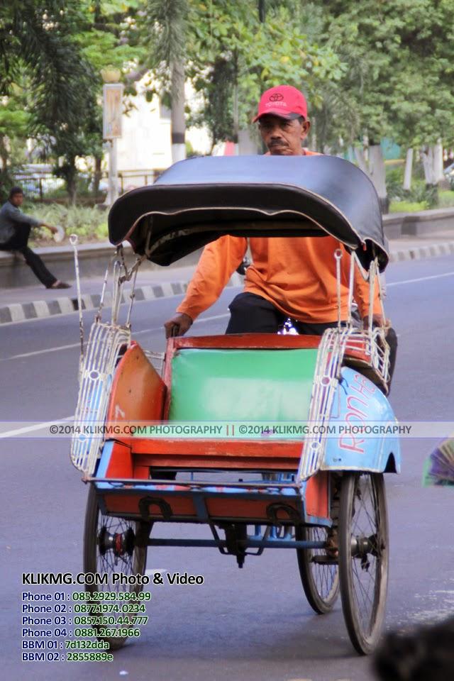 Becak Yogya, sebuah alat transportasi tempo dulu yang masih ada hingga kini.