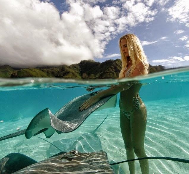 Девушка скаты в море